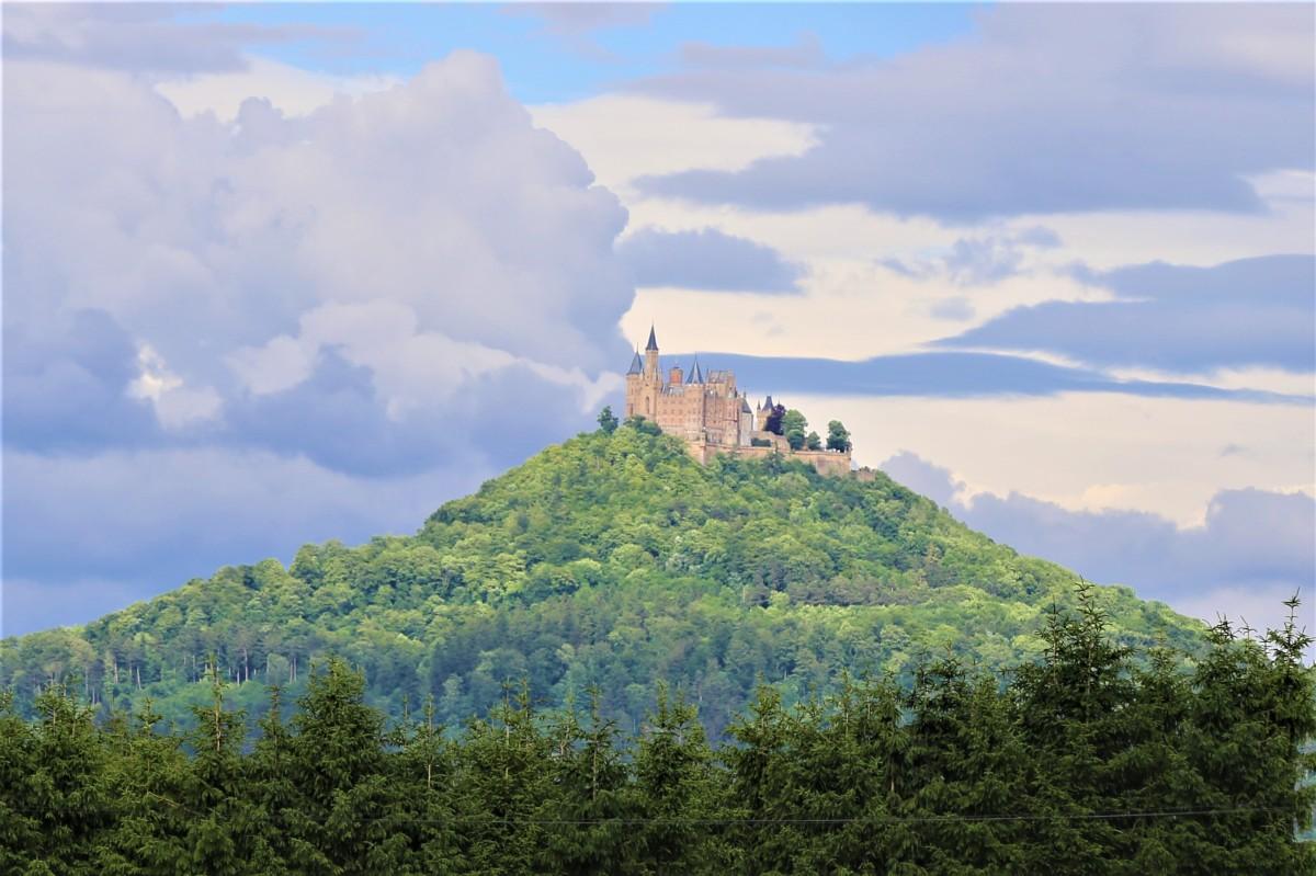 Burg Hohenzollern. Der Stammsitz der Hohenzollern zählt zu den schönsten und meist besuchten Burgen Europas.
